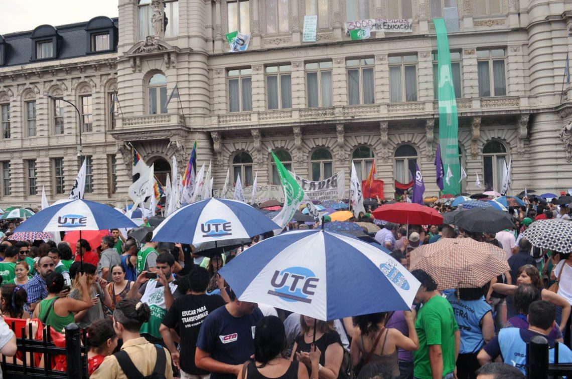 Masivo abrazo al Ministerio de Educación contra los despidos y la represión