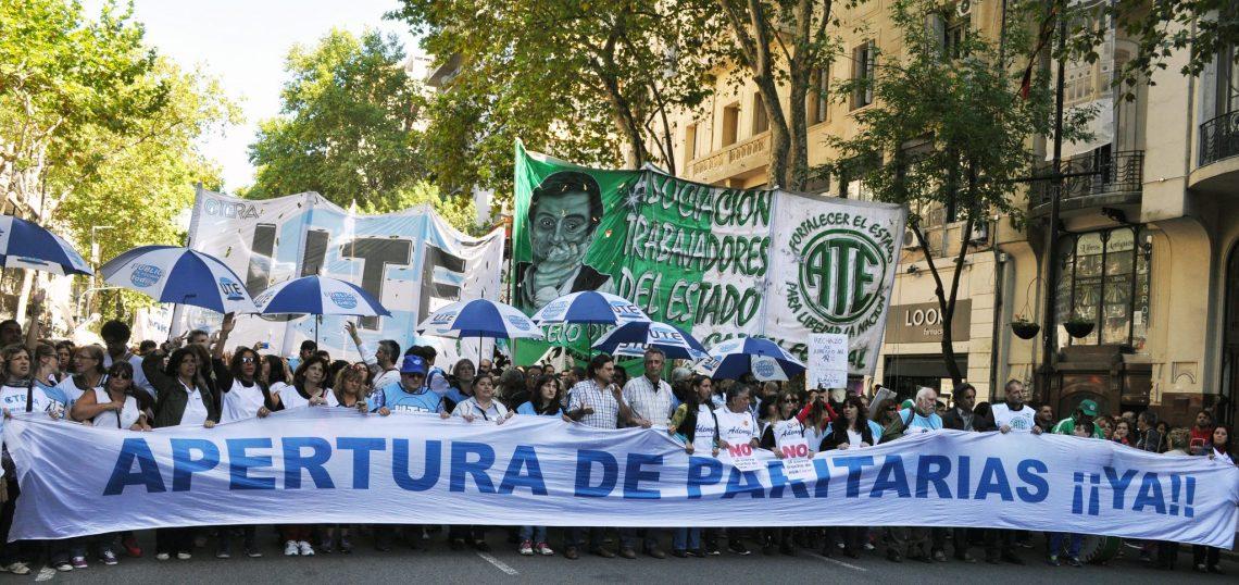 Miles de docentes y estatales marcharon en reclamo de Paritarias