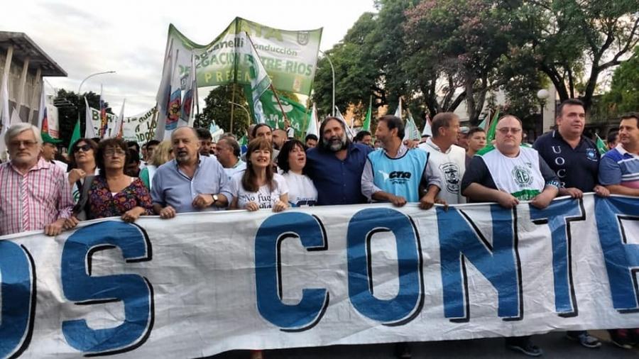 CTERA y CTA protagonistas de la masiva Marcha de Antorchas contra los tarifazos en Paraná, Entre Ríos