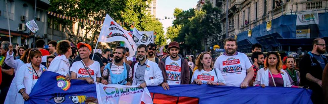 Como desde hace 11 años los guardapolvos estuvieron presentes en la Marcha del Orgullo LGBTIQ