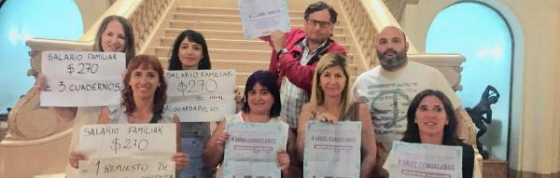 En plena sesión los docentes le reclamaron a Santilli el aumento de asignaciones familiares